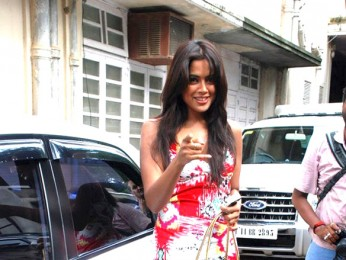 On The Sets Of The Film De Dana Dan Featuring Sameera Reddy
