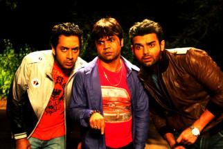 Movie Still From The Film Tukkaa Fitt,Hiten Paintal,Rajpal Yadav,Mahaakshay Chakraborty
