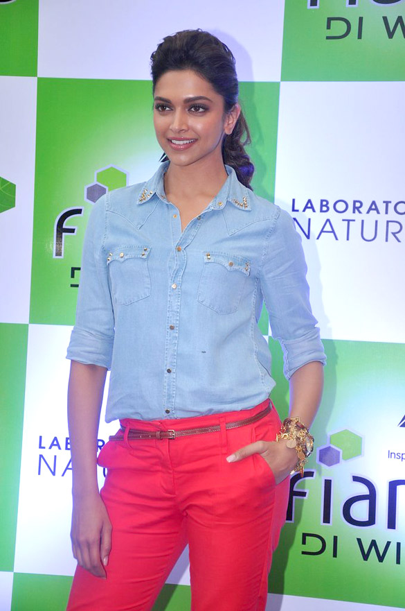 Deepika promotes 'Cocktail' at Reliance store
