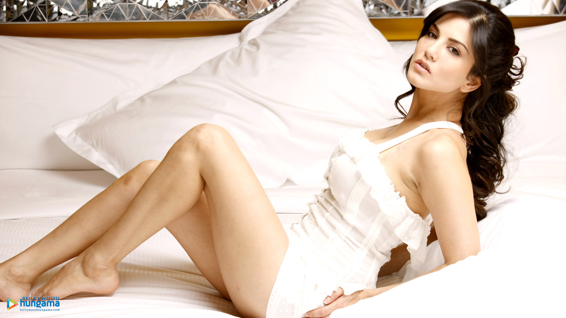 Sunny leone bed