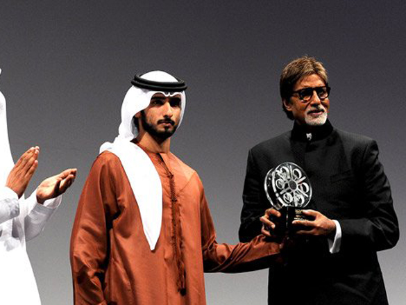Amitabh receives award at 6th Dubai International Film Festival