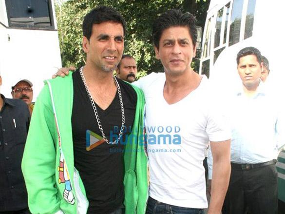 Shahrukh Khan meets Akshay Kumar on the sets of 'Blue'