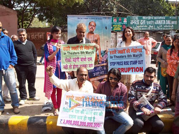 Casts of 'Saare Jahaan Se Mehnga' on dharna at Jantar Mantar