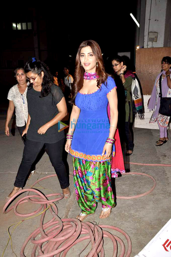 Shruti Haasan snapped on the sets of 'Ramaiya Vastavaiya'