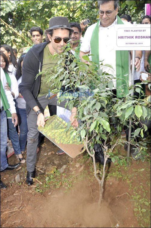 Hrithik Roshan visits Whistling Woods to support NaMo's 'Clean India' campaign