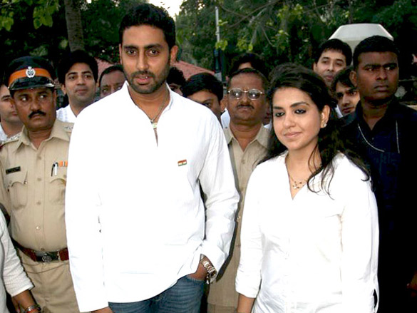 Abhishek and Sonakshi pay tribute to 26/11 martyrs