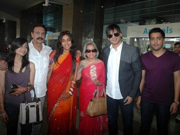 Vivek Oberoi with wife Priyanka Alva spotted at Mumbai airport
