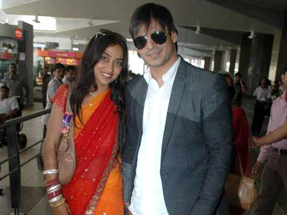 Vivek Oberoi with wife Priyanka Alva spotted at Mumbai airport