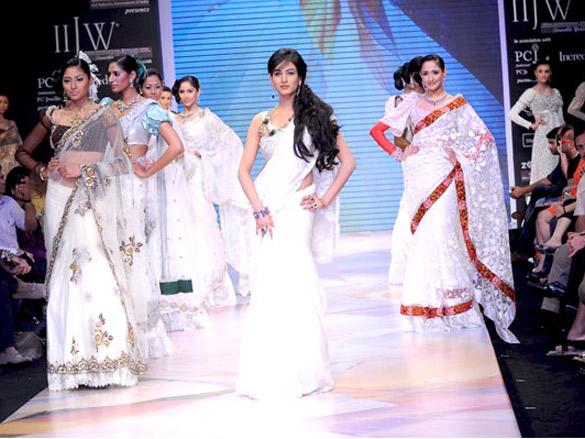 Sonal Chauhan walks the ramp for YS 18 at IIJW 2011
