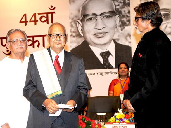 Amitabh Bachchan felicitates Shahryar with 44th Jnanpith Award