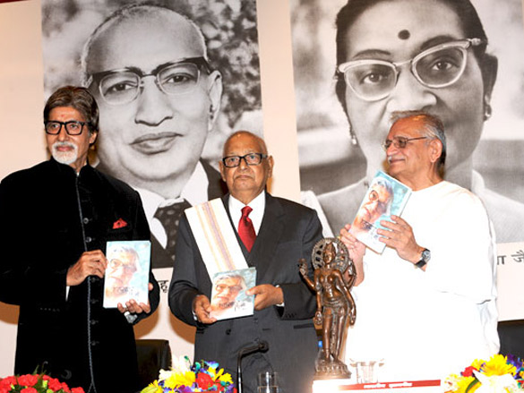 Amitabh Bachchan felicitates Shahryar with 44th Jnanpith Award