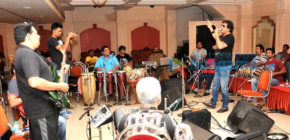 Rehearsals of Talat Aziz's 'Yeh Shaam Mastani'