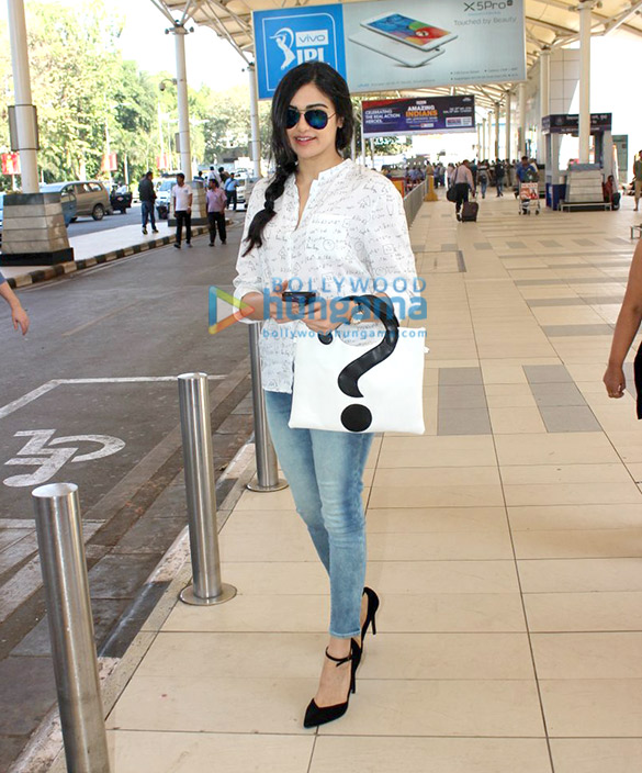 Zarine Khan, Raveena Tandon, Urmila Matondkar & Suniel Shetty snapped at the Domestic Airport