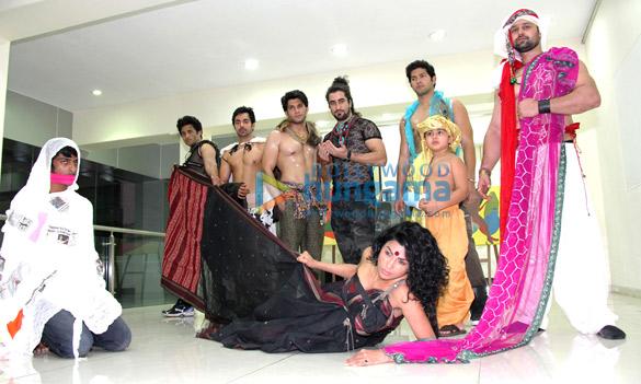 Celebs grace Aashish at Shabana's art exhibit