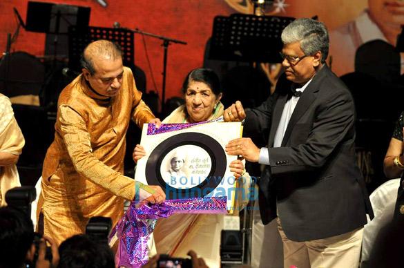 Celebs grace the Dinanath Mangeshkar Awards