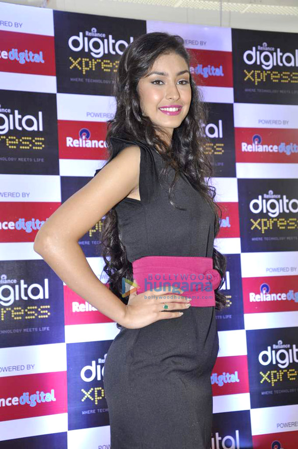 Navneet Kaur Dhillon visits Reliance Digital