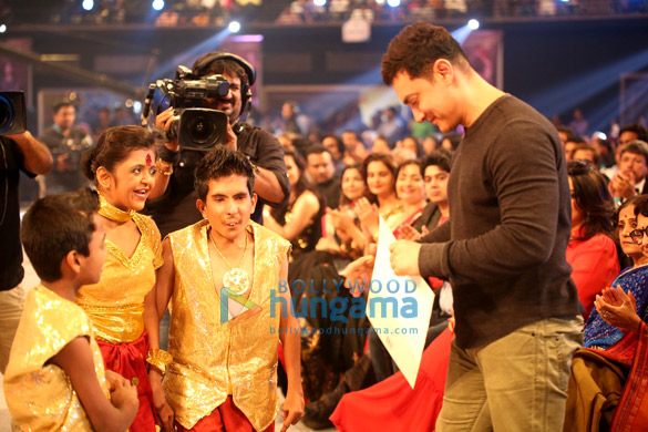 Aamir Khan at Star Parivar Awards 2014