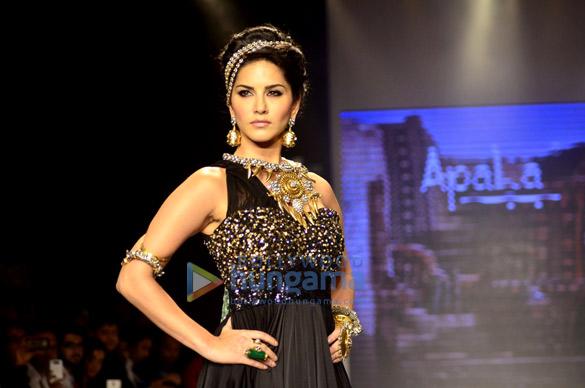 Sunny Leone walks for Apala Jewels at IIJW 2014