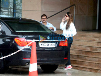 Kareena Kapoor Khan visits Saif Ali Khan after his thumb surgery