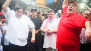 SHOCKING: Rishi Kapoor, Randhir Kapoor Misbehave At Ganpati Visarjan