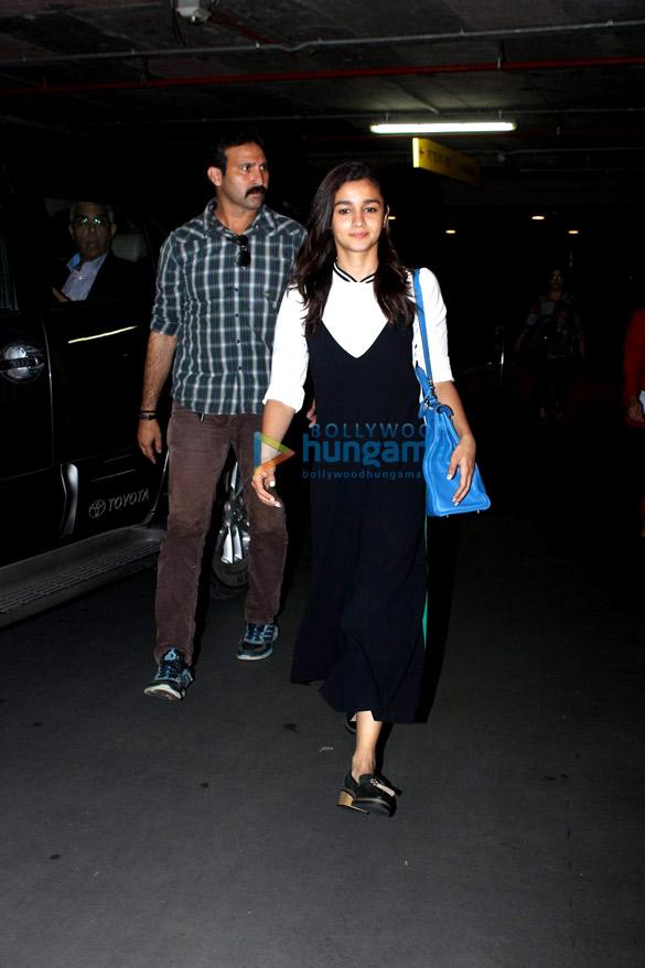 Karisma Kapoor & Alia Bhatt snapped at the airport