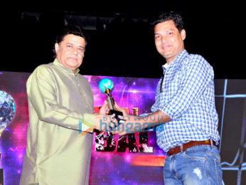 Jeetendra snapped receiving the Mumbai Global Achiever's Award 2016