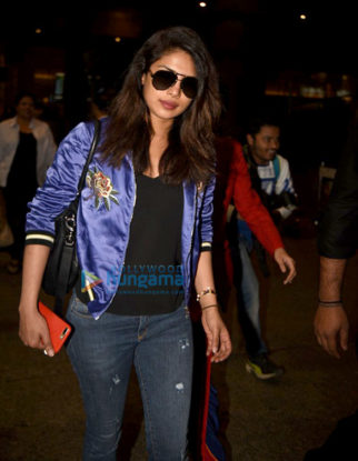 Priyanka Chopra, Sophie Choudry & Manish Malhotra snapped at the airport