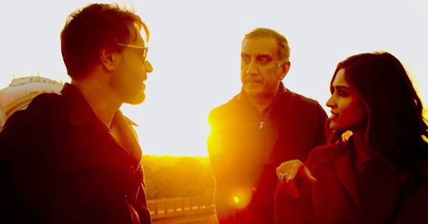 Ajay Devgn, Ileana D'cruz and Milan Luthria's engrossed in a conversation on the sets of Baadshaho in Bikaner