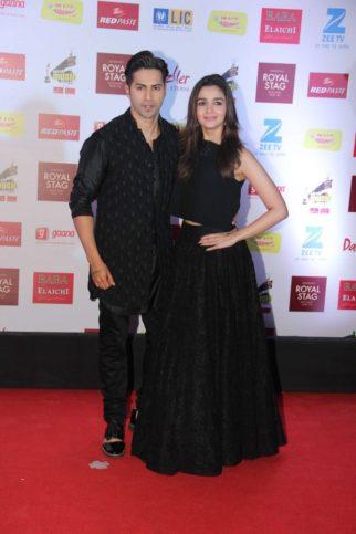 Varun Dhawan, Alia Bhatt Sing Tamma Tamma Again At Mirchi Music Awards 2017