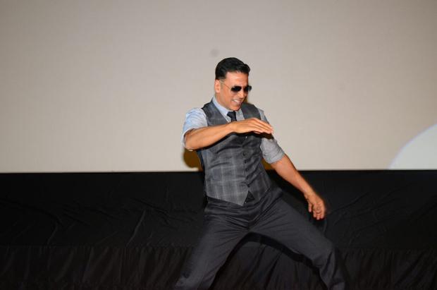 Akshay Kumar grooving to 'Tu Cheez Badi Hai Mast' will bring back your 90s memories-1
