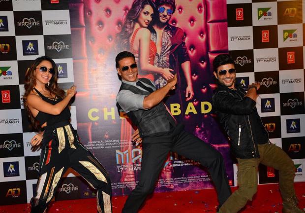 Akshay Kumar grooving to 'Tu Cheez Badi Hai Mast' will bring back your 90s memories-2