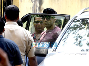 Akshay Kumar snapped meeting Farhan Akhtar and Ritesh Sidhwani on sets of 'Padman' in Bandra