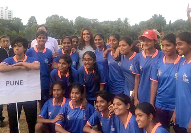 Esha Gupta supports female football players at a tournament-2