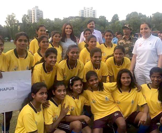 Esha Gupta supports female football-3