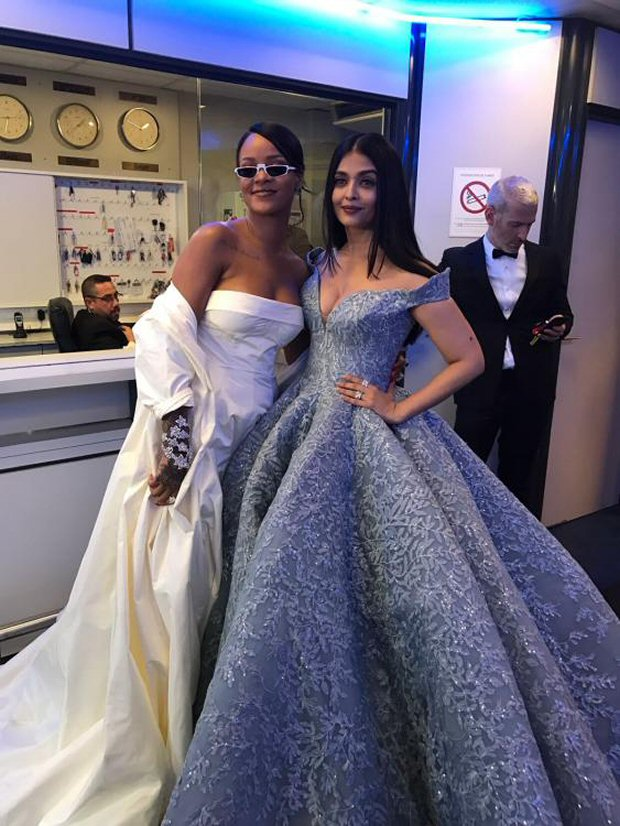 OMG! Aishwarya Rai Bachchan in one frame with international sensational Rihanna is making everyone freak out-2