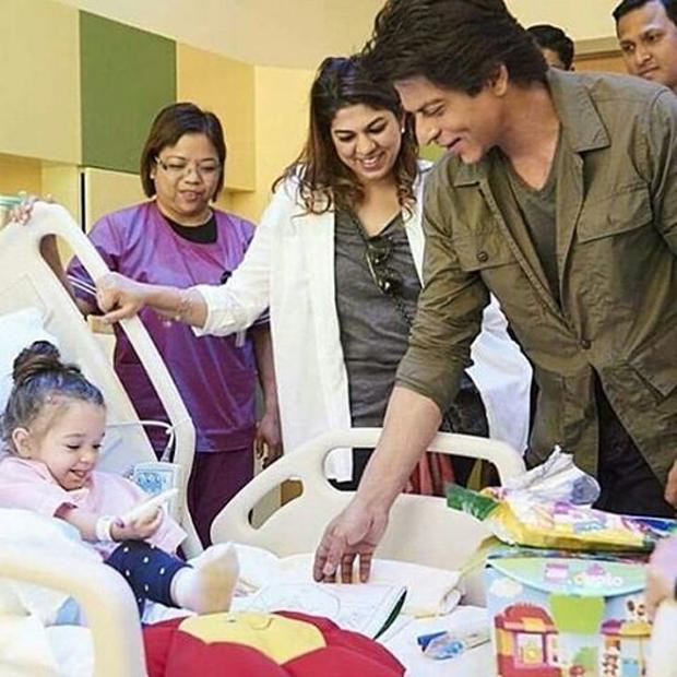 Shah Rukh Khan pays a surprise visit to a children's hospital in Dubai-1