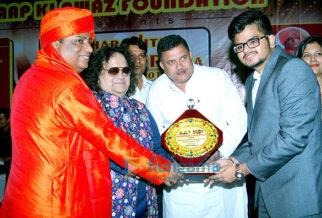 Bappi Lahiri, Prem Chopra, Himani Shivpuri, Swami ji grace the '7th Maharashtra Ratna Award'