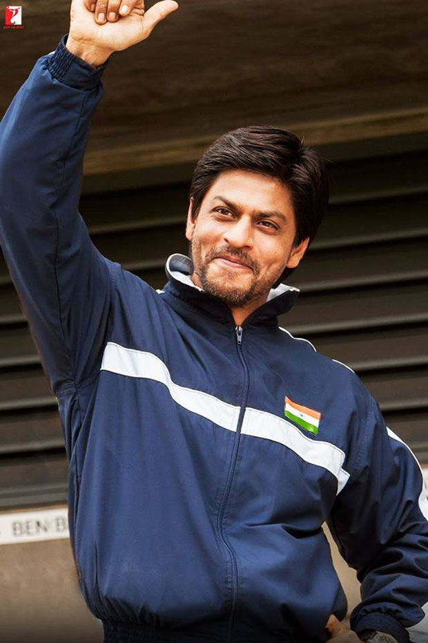 Here-are-some-BTS-moments-of-Shah-Rukh-Khan-and-the-hockey-team-that-will-make-you-re-watch-the-film!-(2)