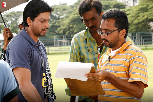 Here-are-some-BTS-moments-of-Shah-Rukh-Khan-and-the-hockey-team-that-will-make-you-re-watch-the-film!-(5)