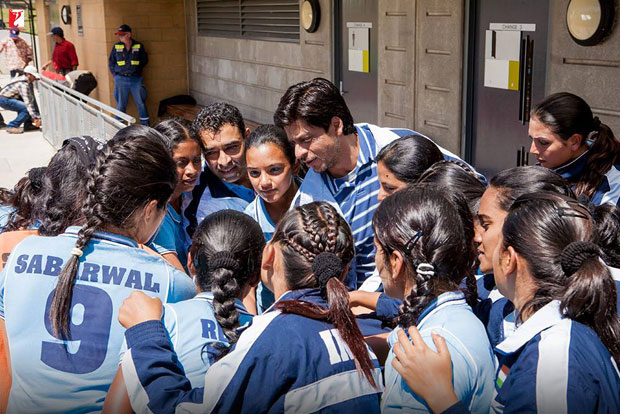 Here-are-some-BTS-moments-of-Shah-Rukh-Khan-and-the-hockey-team-that-will-make-you-re-watch-the-film!-(8)