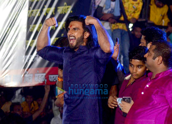 WATCH Ranveer Singh creates fan frenzy while dancing to 'Malhari' at Dahi Handi celebrations2
