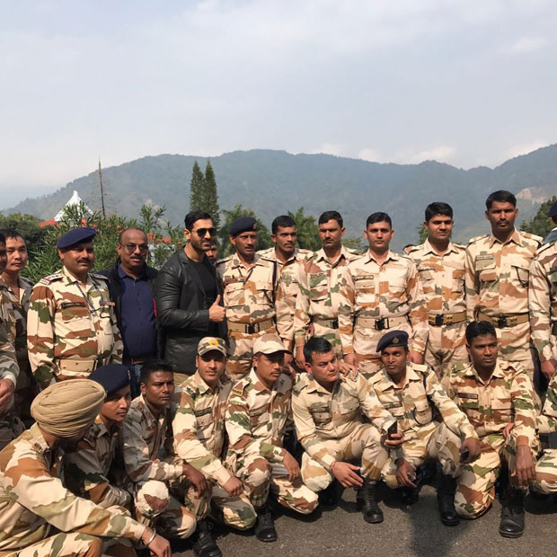 John Abraham happily poses with his 'true heroes'-1