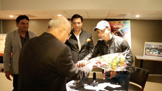 Madhur Bhandarkar awards Faridoon Shahryar for excellence in journalism at Bollywood Festival Norway