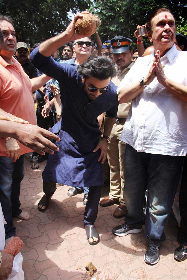 Ranbir Kapoor, Rishi Kapoor and family bid adieu to Ganpati Bappa at RK Studios (5)