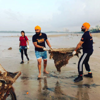 When-Randeep-Hooda-took-up-the-task-of-cleaning-up-Versova-beach-in-Mumbai-1
