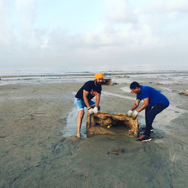 When-Randeep-Hooda-took-up-the-task-of-cleaning-up-Versova-beach-in-Mumbai-3