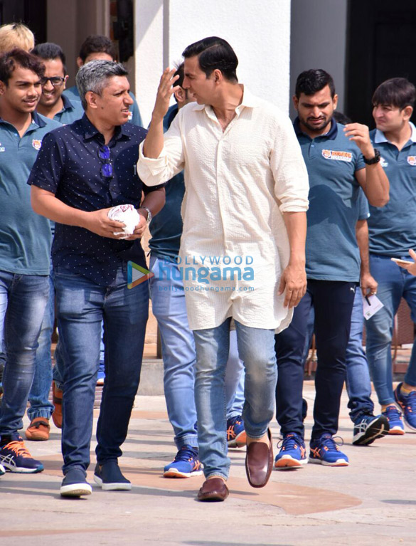 Akshay Kumar has lunch with 'Pro Kabaddi League' players