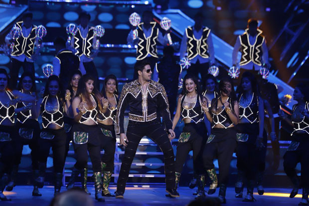 Sidharth Malhotra pays tribute to Amitabh Bachchan dancing to medley of his hit tracks -2