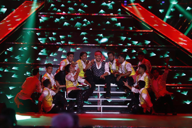 Sidharth Malhotra pays tribute to Amitabh Bachchan dancing to medley of his hit tracks -3