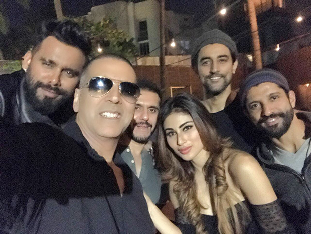 Check out Akshay Kumar, Mouni Roy, Farhan Akhtar, Ritesh Sidhwani along with the team celebrate the wrap of Gold (2)